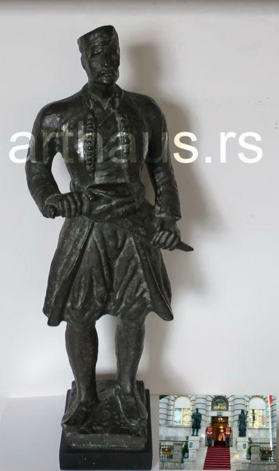 Ilija Kolarović, Crnogorac, 1930-34, puna bronza, h50 cm. Studija za spomenik Crnogorcu ispred Ministarstva kuluture Crne Gore na Cetinju.